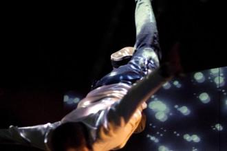 """Teater toidab mõttelendu. Hetk lavastusest """"Kentsakas juhtum koeraga öisel ajal"""" - peategelane Christopher (Mirko Rajas). Foto Mart Laur"""