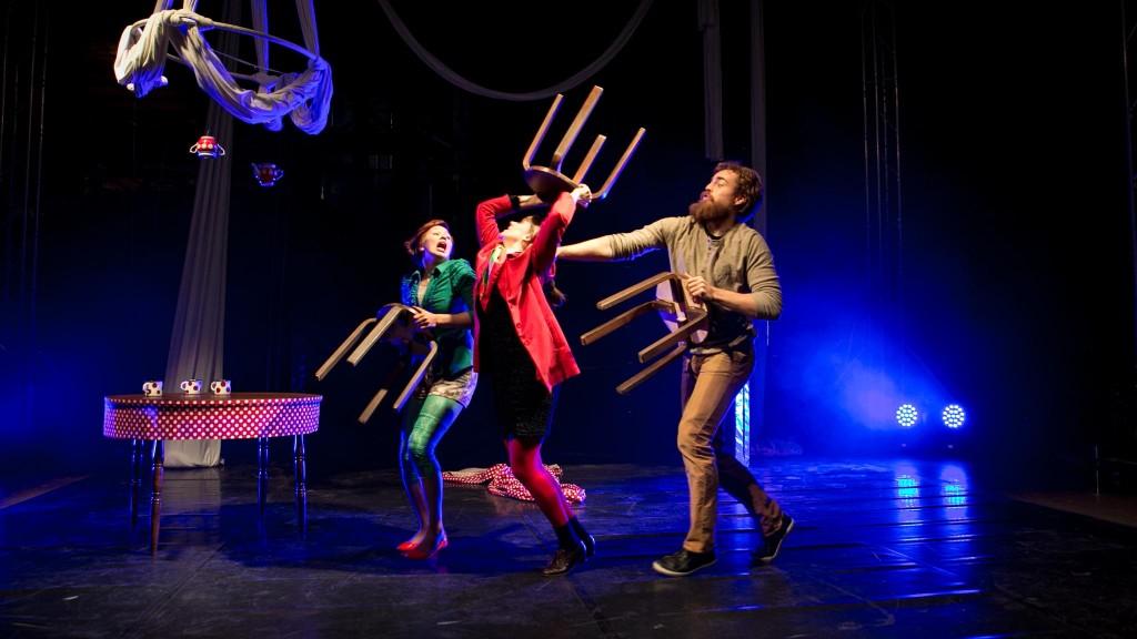 Tsirkusegrupi Mago etendus InTime. Fotol Grete Gross, Amandine Doat ja Otto Tammivaara. Foto Harry Tiits