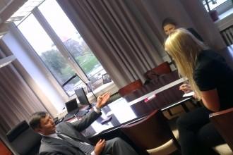 Pildil Tallinna abilinnapea Mihhail Kõlvart, tema töövari Merilin Anijärv ja intervjuu autor Diana Vederik